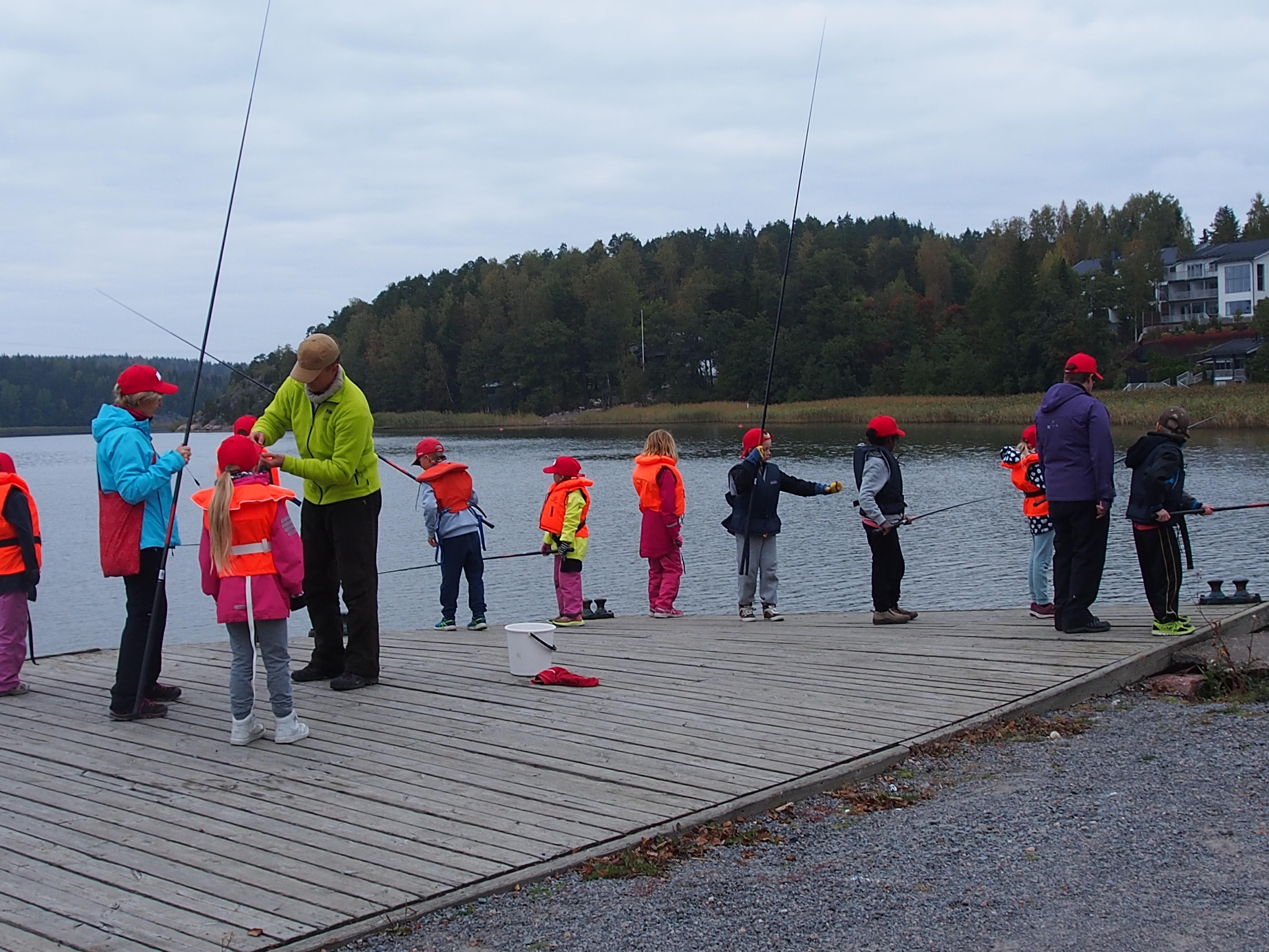 Kalastuskurssi ja retkeilyä Teijon koulussa
